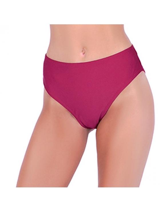 Modelo de espalda con calzon de bikini tiro alto y abertura trasera