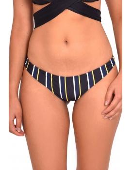 Modelo luciendo calzon de bikini clasico estampado negro
